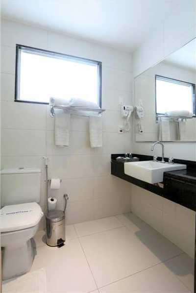 Banheiro completo, sem banheira, equipado com secador de cabelo