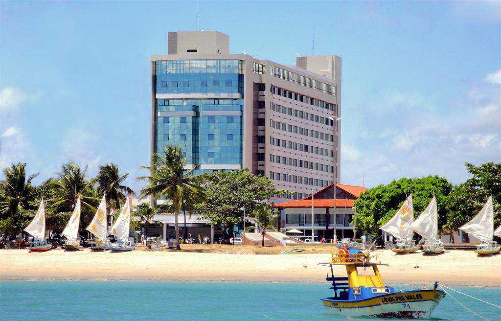 Hotel 5 estrelas, em frente a Praia de Pajuçara. Possui piscina, sauna, academia e wifi gratuito